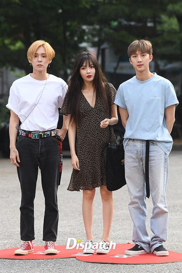 Hyuna và bạn trai gây sốt vì công khai ôm vai quá ngọt, nhưng điều netizen chú ý lại là người đàn ông đằng sau - Ảnh 9.