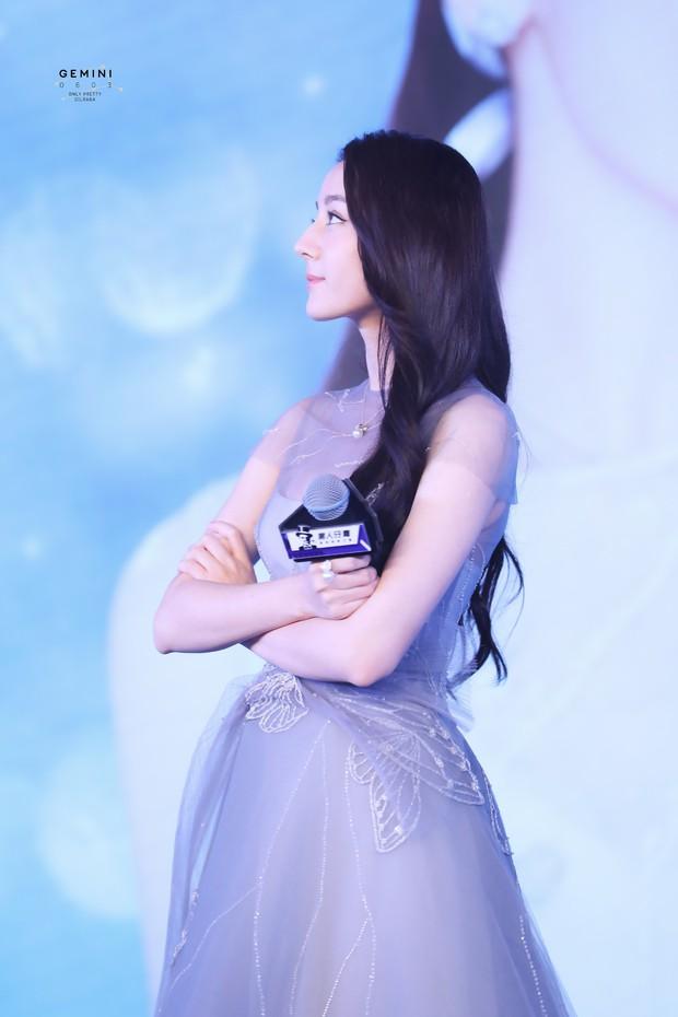 Chỉ một cái vuốt tóc, công chúa hoa tuyết Địch Lệ Nhiệt Ba chứng minh đẳng cấp nữ thần showbiz Hoa ngữ - Ảnh 2.