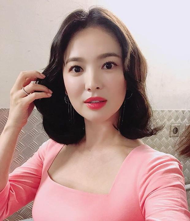Ảnh fan chụp vội đã đẹp, Song Hye Kyo còn khiến dân tình thêm phần náo loạn bằng loạt hình selfie quá xuất sắc - Ảnh 1.