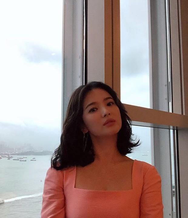 Ảnh fan chụp vội đã đẹp, Song Hye Kyo còn khiến dân tình thêm phần náo loạn bằng loạt hình selfie quá xuất sắc - Ảnh 2.
