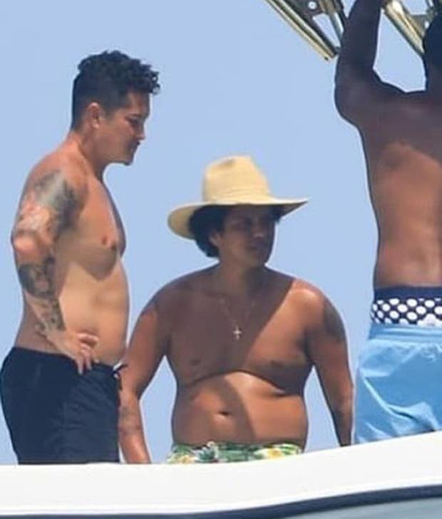 Hình ảnh hot nhất showbiz quốc tế hôm nay: Dân tình giật mình vì thân hình béo phệ khó tin của Bruno Mars! - Ảnh 3.