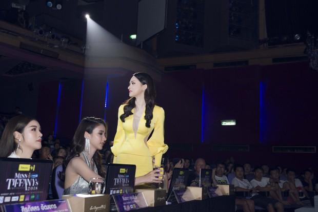 """Hương Giang đẹp lộng lẫy, đọ sắc cùng dàn người đẹp nổi tiếng trên ghế giám khảo """"Hoa hậu Chuyển giới Thái Lan"""" - Ảnh 6."""