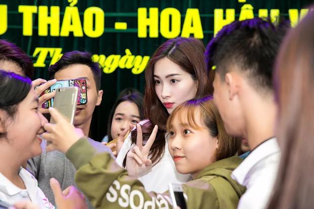 Những khoảnh khắc bị chụp lén của sao Việt: Lau mồ hôi, nhắm tịt mắt vẫn đẹp xuất thần - Ảnh 9.