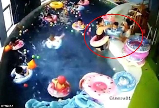 Khoảnh khắc bé trai 3 tuổi bị lật phao trong bể bơi trường mẫu giáo, chìm nghỉm suốt 2 phút mới được phát hiện ra - Ảnh 3.