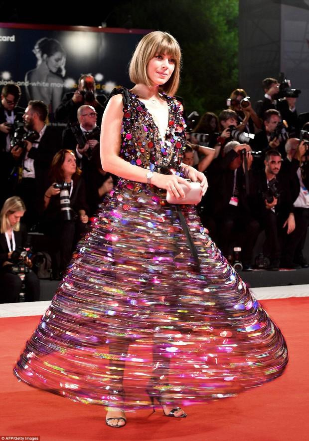 Thảm đỏ LHP Venice: Emma Stone diện váy xuyên thấu quyến rũ, xuất hiện cùng bạn trai Taylor Swift - Ảnh 7.