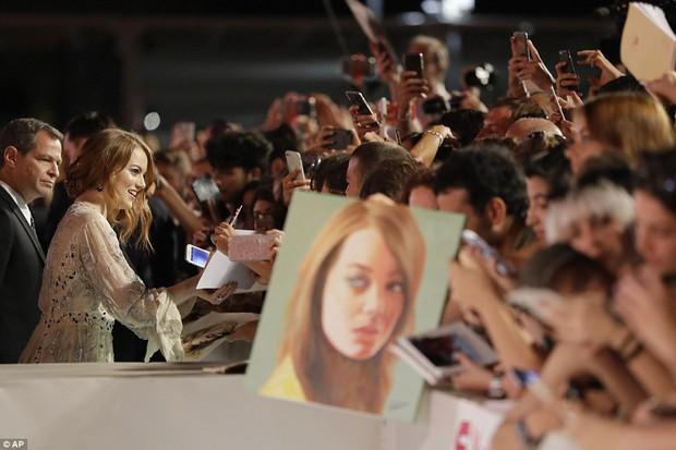 Thảm đỏ LHP Venice: Emma Stone diện váy xuyên thấu quyến rũ, xuất hiện cùng bạn trai Taylor Swift - Ảnh 8.