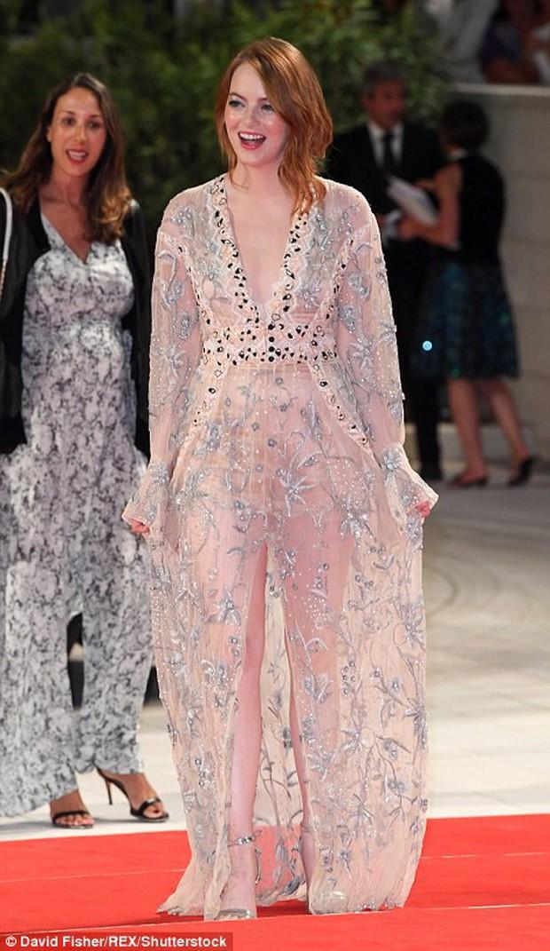 Thảm đỏ LHP Venice: Emma Stone diện váy xuyên thấu quyến rũ, xuất hiện cùng bạn trai Taylor Swift - Ảnh 1.