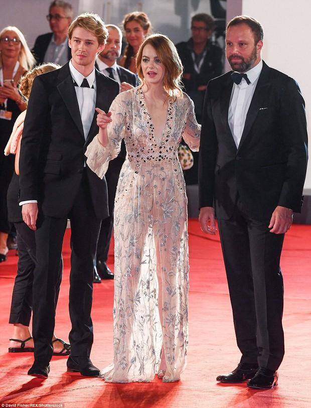 Thảm đỏ LHP Venice: Emma Stone diện váy xuyên thấu quyến rũ, xuất hiện cùng bạn trai Taylor Swift - Ảnh 2.