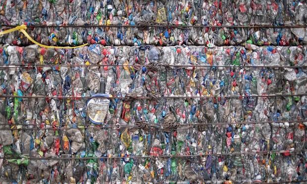 Bất ngờ với sáng kiến tái chế rác nhựa: biến thành túi xách, khăn tắm và... đồ bơi - Ảnh 1.