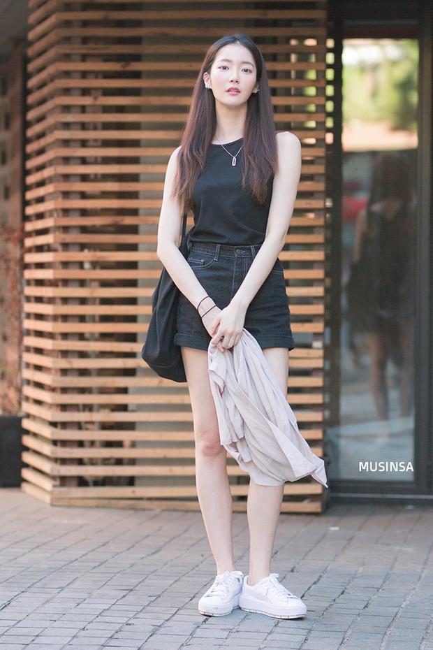 Bí kíp mặc đẹp của giới trẻ Hàn tuần qua gói gọn trong 2 thứ: quần cạp cao và sự đơn giản - Ảnh 12.