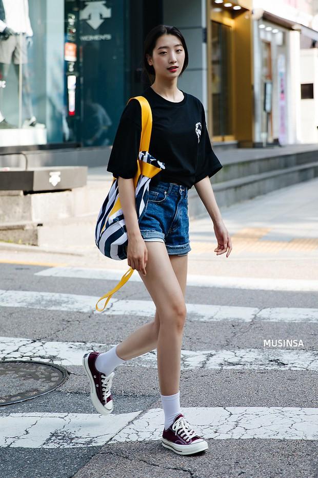 Bí kíp mặc đẹp của giới trẻ Hàn tuần qua gói gọn trong 2 thứ: quần cạp cao và sự đơn giản - Ảnh 2.