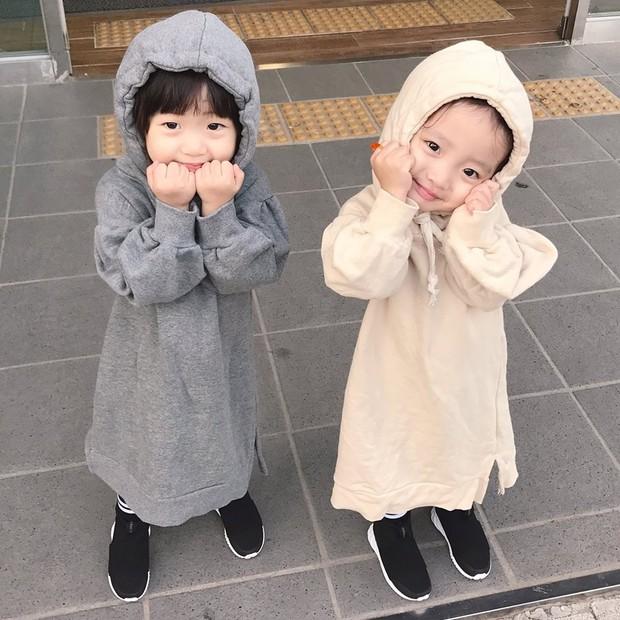2 nhóc tỳ sinh đôi mới nổi đã xâm chiếm MXH Hàn Quốc vì dễ thương và sở hữu gu ăn mặc siêu chất - Ảnh 15.