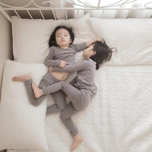2 nhóc tỳ sinh đôi mới nổi đã xâm chiếm MXH Hàn Quốc vì dễ thương và sở hữu gu ăn mặc siêu chất - Ảnh 12.