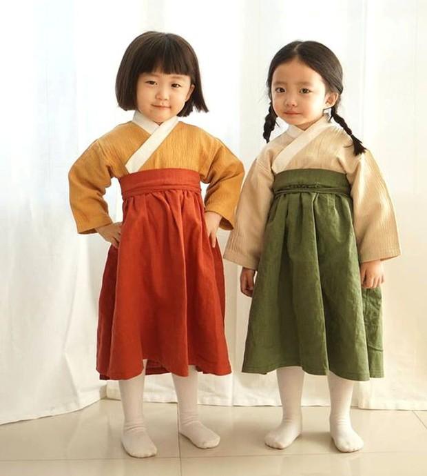 2 nhóc tỳ sinh đôi mới nổi đã xâm chiếm MXH Hàn Quốc vì dễ thương và sở hữu gu ăn mặc siêu chất - Ảnh 1.
