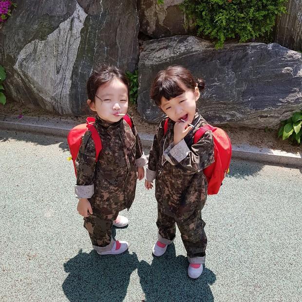 2 nhóc tỳ sinh đôi mới nổi đã xâm chiếm MXH Hàn Quốc vì dễ thương và sở hữu gu ăn mặc siêu chất - Ảnh 14.