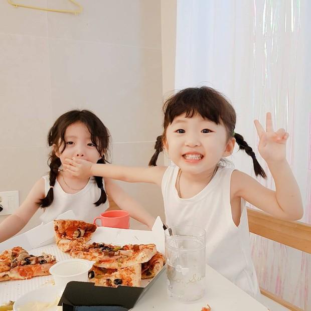 2 nhóc tỳ sinh đôi mới nổi đã xâm chiếm MXH Hàn Quốc vì dễ thương và sở hữu gu ăn mặc siêu chất - Ảnh 7.
