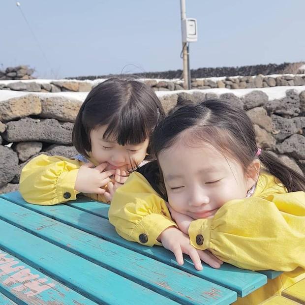 2 nhóc tỳ sinh đôi mới nổi đã xâm chiếm MXH Hàn Quốc vì dễ thương và sở hữu gu ăn mặc siêu chất - Ảnh 23.