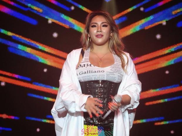 Độc quyền từ Sing: CL diện quần áo lùm xùm trong lần đầu biểu diễn sau khi gây sốc với thân hình phát tướng - Ảnh 5.