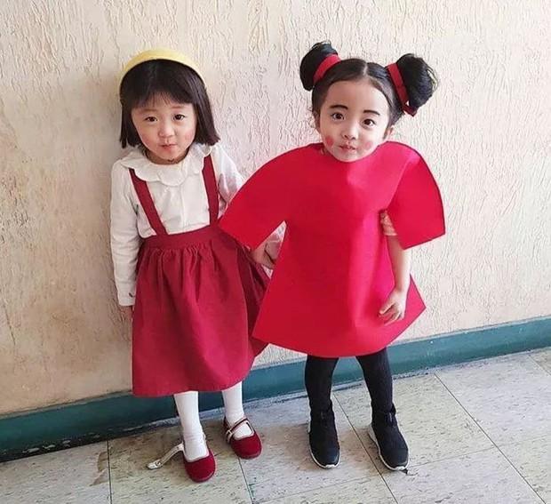 2 nhóc tỳ sinh đôi mới nổi đã xâm chiếm MXH Hàn Quốc vì dễ thương và sở hữu gu ăn mặc siêu chất - Ảnh 22.