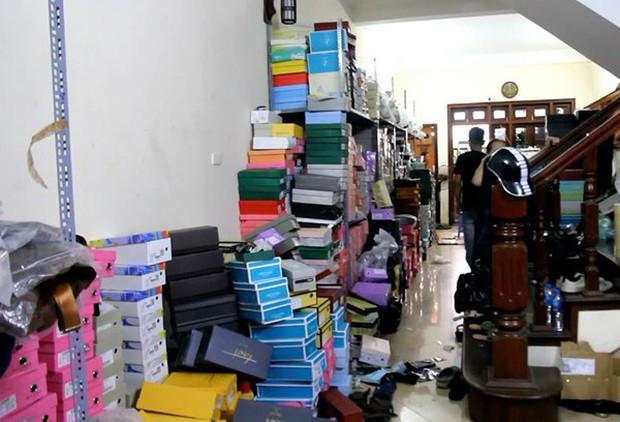 Hà Nội: Hàng nghìn đôi giày dép, túi xách nhái bị bắt giữ - Ảnh 1.
