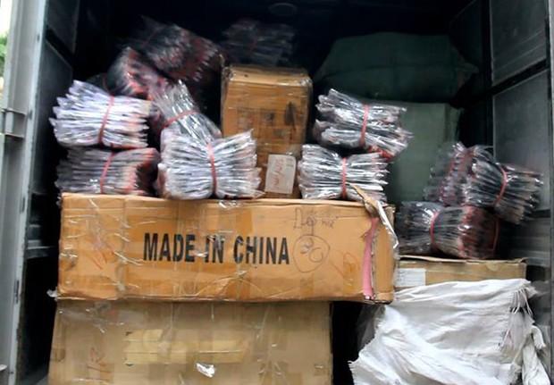 Hà Nội: Hàng nghìn đôi giày dép, túi xách nhái bị bắt giữ - Ảnh 2.