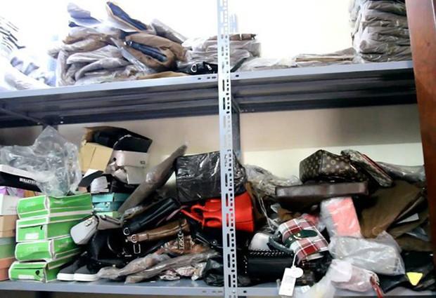Hà Nội: Hàng nghìn đôi giày dép, túi xách nhái bị bắt giữ - Ảnh 4.