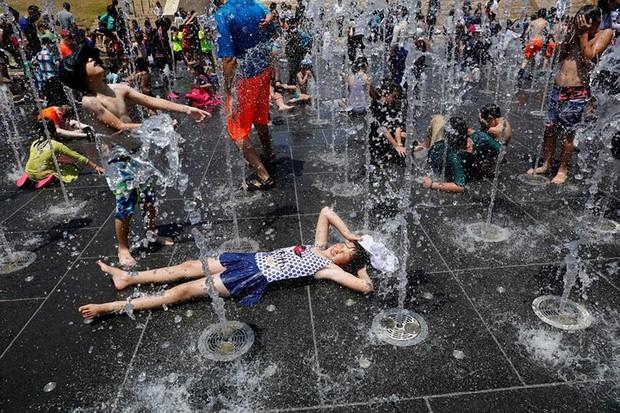 Muôn kiểu hạ nhiệt của người dân châu Âu trong đợt nắng nóng kỷ lục - Ảnh 4.