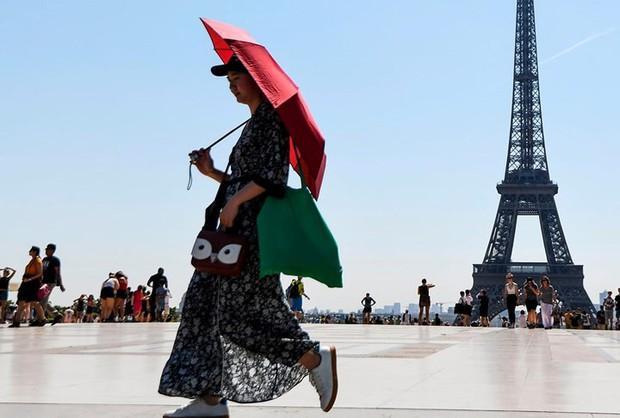 Muôn kiểu hạ nhiệt của người dân châu Âu trong đợt nắng nóng kỷ lục - Ảnh 5.