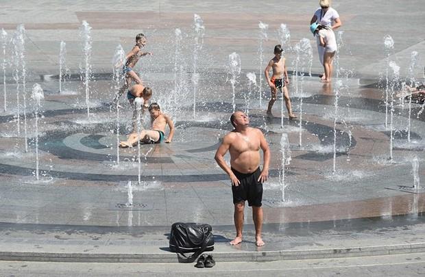 Muôn kiểu hạ nhiệt của người dân châu Âu trong đợt nắng nóng kỷ lục - Ảnh 9.