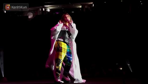 Độc quyền từ Sing: CL diện quần áo lùm xùm trong lần đầu biểu diễn sau khi gây sốc với thân hình phát tướng - Ảnh 3.