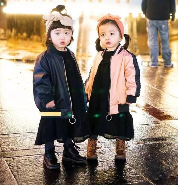 2 nhóc tỳ sinh đôi mới nổi đã xâm chiếm MXH Hàn Quốc vì dễ thương và sở hữu gu ăn mặc siêu chất - Ảnh 16.