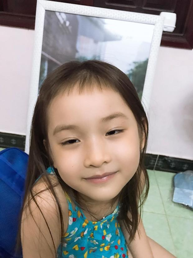 Thấy tóc mái ngố dễ thương, cô chị đem em gái ra làm thí nghiệm nhưng nhìn thành quả qua gương chỉ muốn khóc banh trời - Ảnh 4.