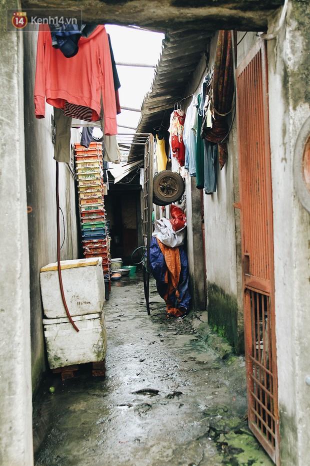 Cuộc sống của dân ngụ cư dưới chân cầu Long Biên: Hễ mở cửa là đón rác vào nhà - Ảnh 5.