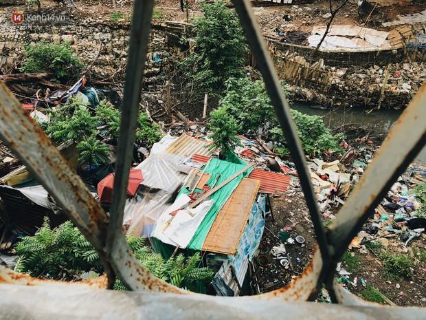 Cuộc sống của dân ngụ cư dưới chân cầu Long Biên: Hễ mở cửa là đón rác vào nhà - Ảnh 9.