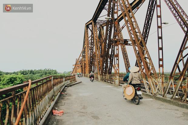 Cuộc sống của dân ngụ cư dưới chân cầu Long Biên: Hễ mở cửa là đón rác vào nhà - Ảnh 2.