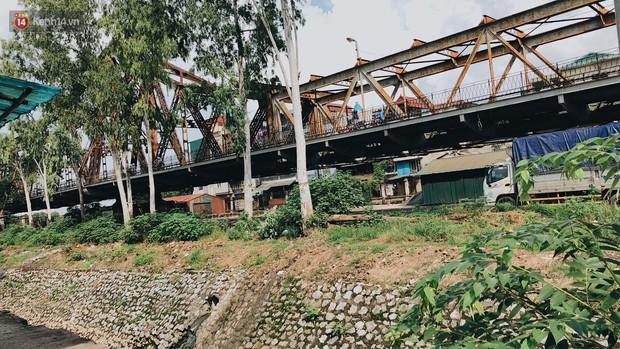Cuộc sống của dân ngụ cư dưới chân cầu Long Biên: Hễ mở cửa là đón rác vào nhà - Ảnh 3.
