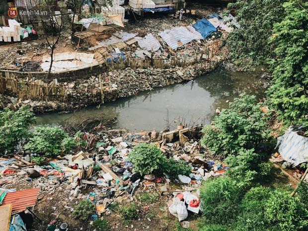 Cuộc sống của dân ngụ cư dưới chân cầu Long Biên: Hễ mở cửa là đón rác vào nhà - Ảnh 7.