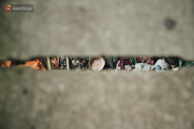Cuộc sống của dân ngụ cư dưới chân cầu Long Biên: Hễ mở cửa là đón rác vào nhà - Ảnh 8.