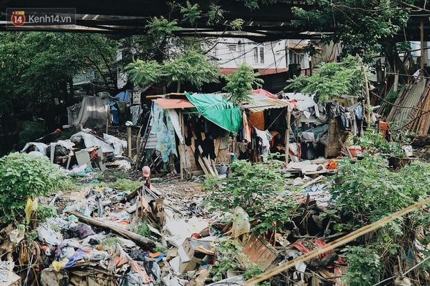 Cuộc sống của dân ngụ cư dưới chân cầu Long Biên: Hễ mở cửa là đón rác vào nhà - Ảnh 12.