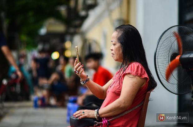 Gặp iFan đặc biệt: Ngoài 60 tuổi, đang bán trà đá ngoài bờ Hồ Hoàn Kiếm, thích iPhone X vì hỗ trợ cho công việc - Ảnh 5.