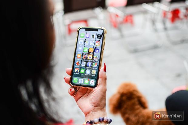 Gặp iFan đặc biệt: Ngoài 60 tuổi, đang bán trà đá ngoài bờ Hồ Hoàn Kiếm, thích iPhone X vì hỗ trợ cho công việc - Ảnh 11.