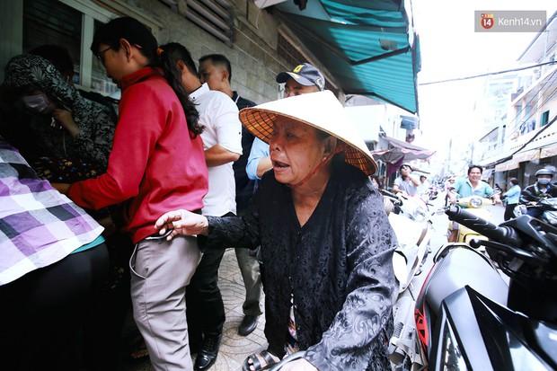 Cận cảnh người Sài Gòn chờ hàng giờ đồng hồ, tranh mua mâm cua dì Ba chỉ bán 10 phút là hết sạch - Ảnh 7.