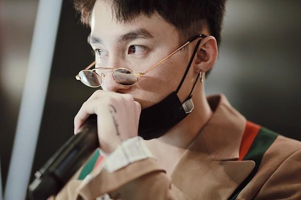 Nếu chưa biết cách đeo kính mắt để che quầng thâm, hãy để Minh Hằng chỉ cho bạn - Ảnh 2.