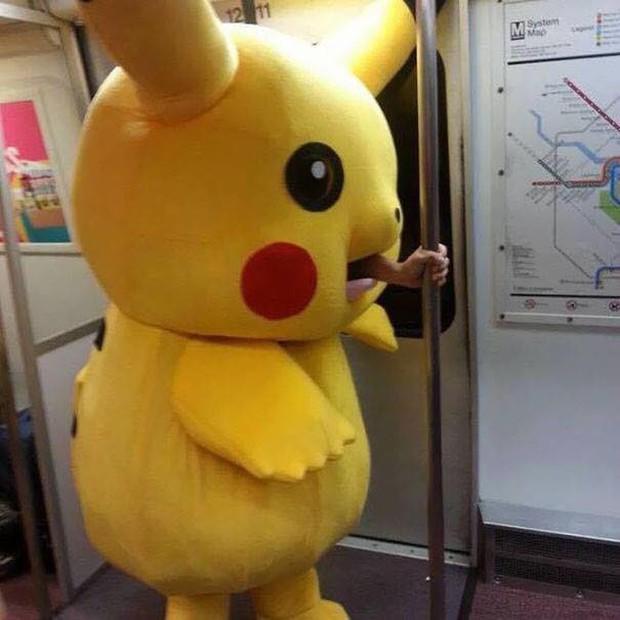 Những hình ảnh hài hước chỉ có trên tàu điện ngầm: Từ chị gái thái rau tới Pikachu thò tay ôm cột - Ảnh 6.