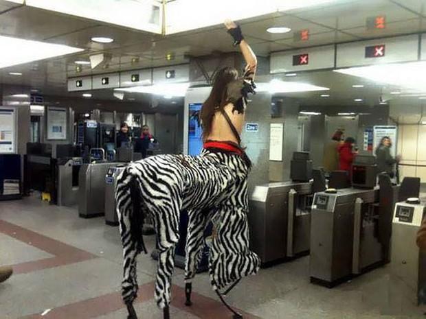 Những hình ảnh hài hước chỉ có trên tàu điện ngầm: Từ chị gái thái rau tới Pikachu thò tay ôm cột - Ảnh 8.