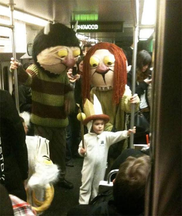 Những hình ảnh hài hước chỉ có trên tàu điện ngầm: Từ chị gái thái rau tới Pikachu thò tay ôm cột - Ảnh 10.