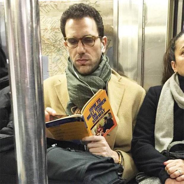 Những hình ảnh hài hước chỉ có trên tàu điện ngầm: Từ chị gái thái rau tới Pikachu thò tay ôm cột - Ảnh 11.