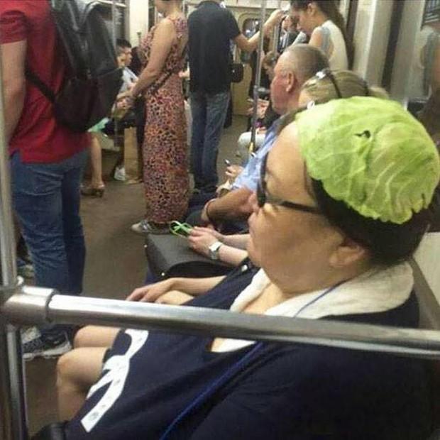 Những hình ảnh hài hước chỉ có trên tàu điện ngầm: Từ chị gái thái rau tới Pikachu thò tay ôm cột - Ảnh 12.