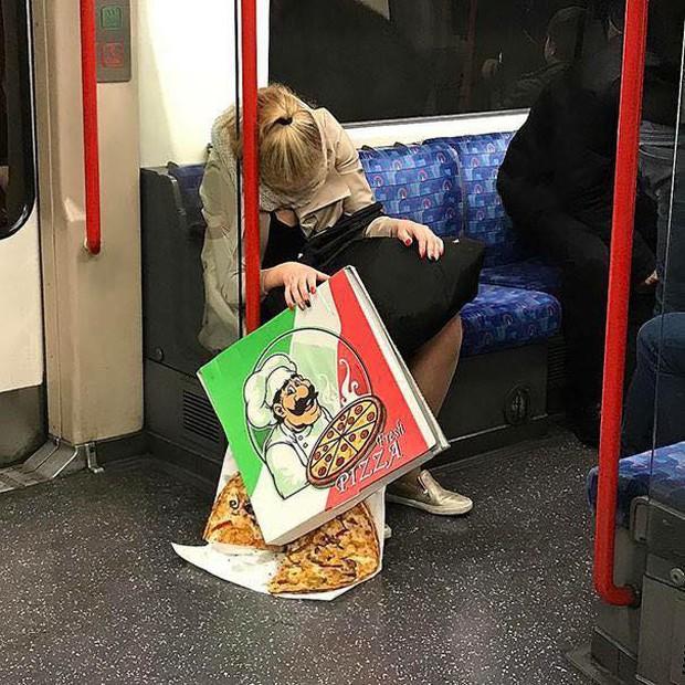 Những hình ảnh hài hước chỉ có trên tàu điện ngầm: Từ chị gái thái rau tới Pikachu thò tay ôm cột - Ảnh 23.