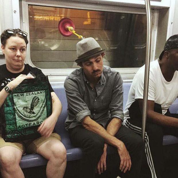 Những hình ảnh hài hước chỉ có trên tàu điện ngầm: Từ chị gái thái rau tới Pikachu thò tay ôm cột - Ảnh 24.
